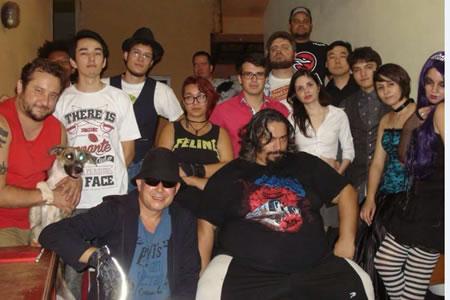 """Jogadores de LARP de """"Vampiro: A Máscara"""" posando para foto."""