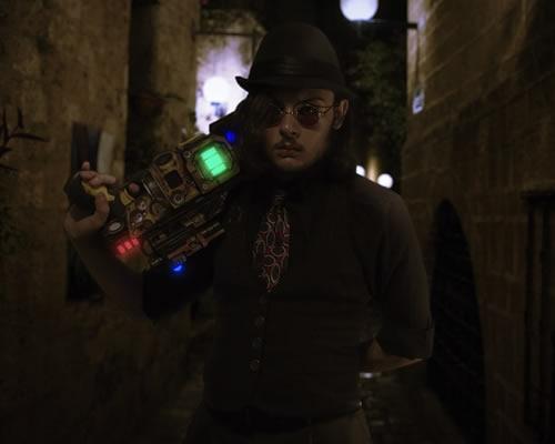 Homem vestido ao estilo Steampunk.