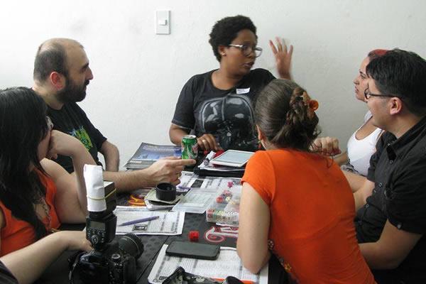 Foto mostrando pessoas jogando RPG.