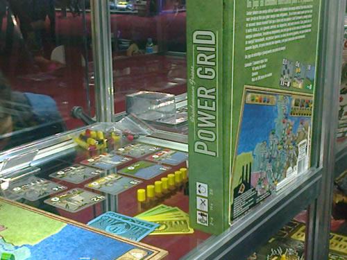 """Um jogo de tabuleiro chamado """"Power Grid"""" dentro de uma prateleira de vidro."""