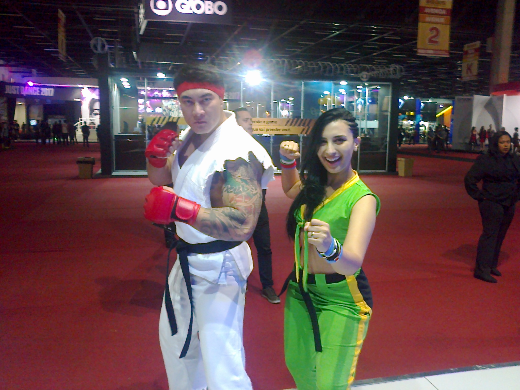 Cosplayers vestidos como Ryu e Laura, personagens de Street Fighter.
