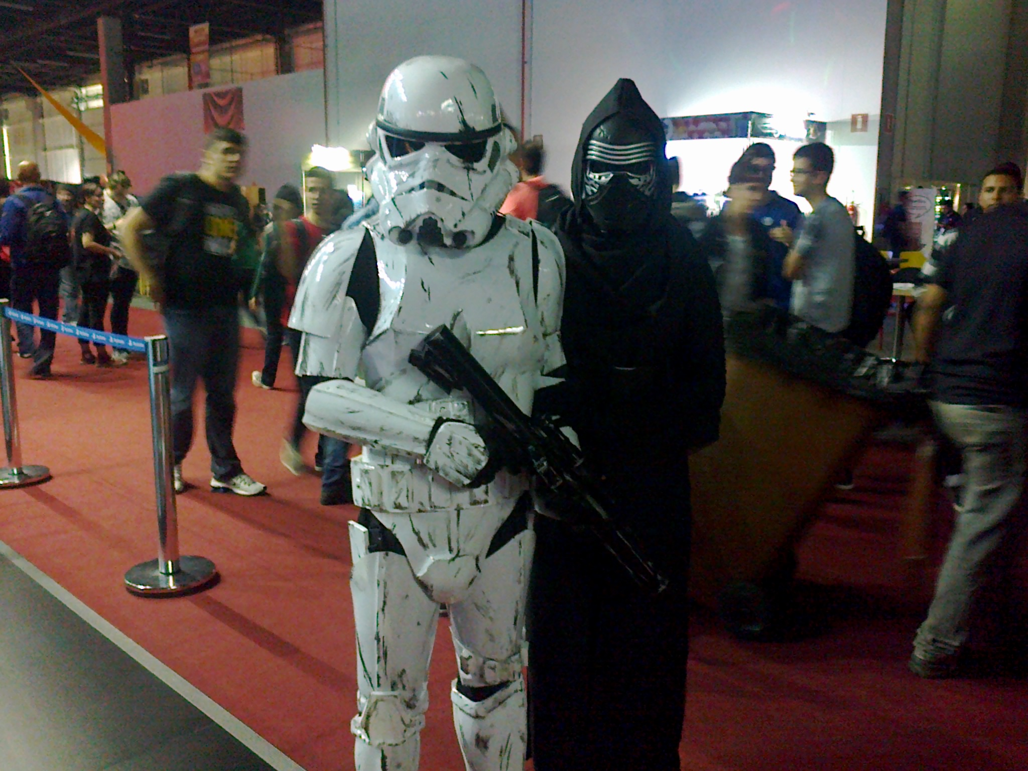 Cosplayers vestidos como Stormtrooper e Kylo Ren, personagens de Star Wars.