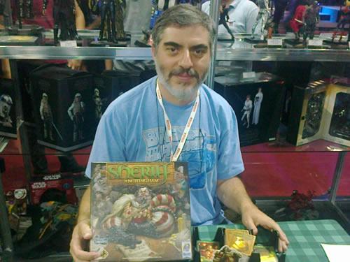 O autor de Sheriff of Nottingham segura um exemplar do jogo de tabuleiro.